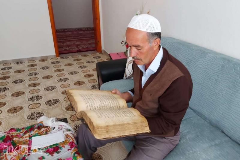 300 Yıllık El Yazması Kur'an-ı Kerim'e Gözü Gibi Bakıyor
