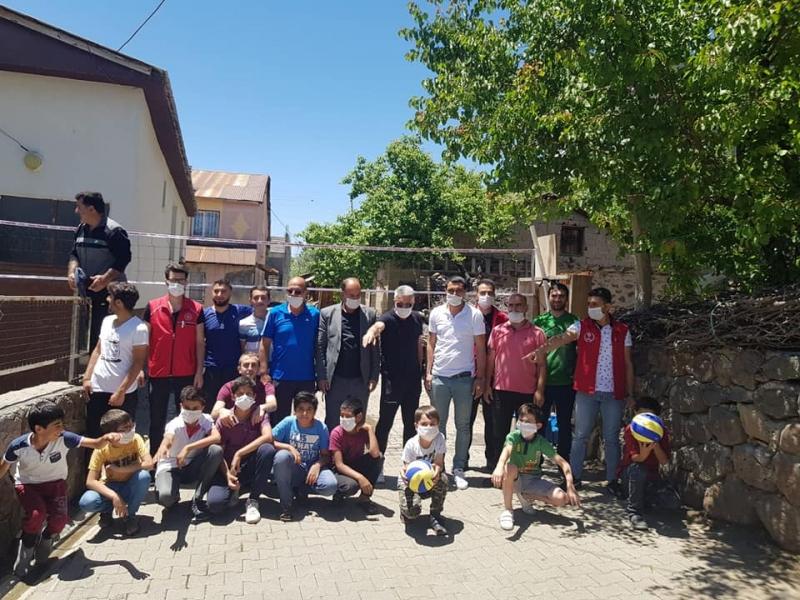 Başkan Üstündağ'dan Solhanlı Çocuklara Voleybol Seti