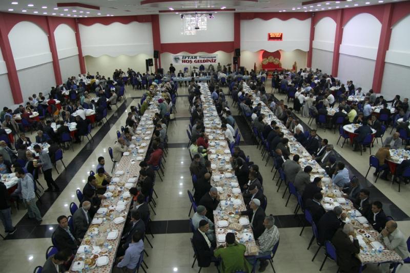 Belediyeden Bin Kişiye İftar Yemeği