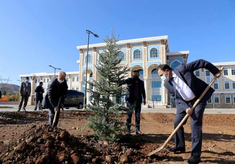 Bingöl Üniversitesin de 1111 Adet Fidan Toprakla Buluşturuldu