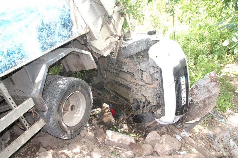 Çöp Kamyonu Park Halindeki Aracı Ezdi