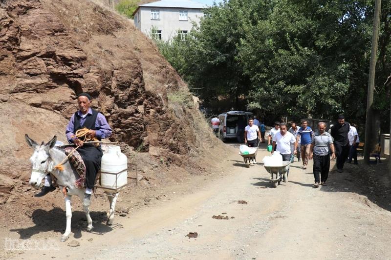Eşeklerle Evlerine Su Taşıyorlar