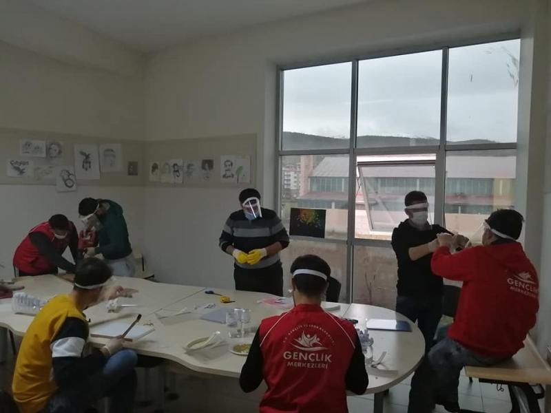 Gençlik Merkezi Personelinden Maske Üretimi