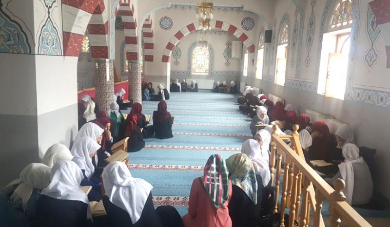 Kız Öğrenciler, Cemaatle Mukabele Okudu