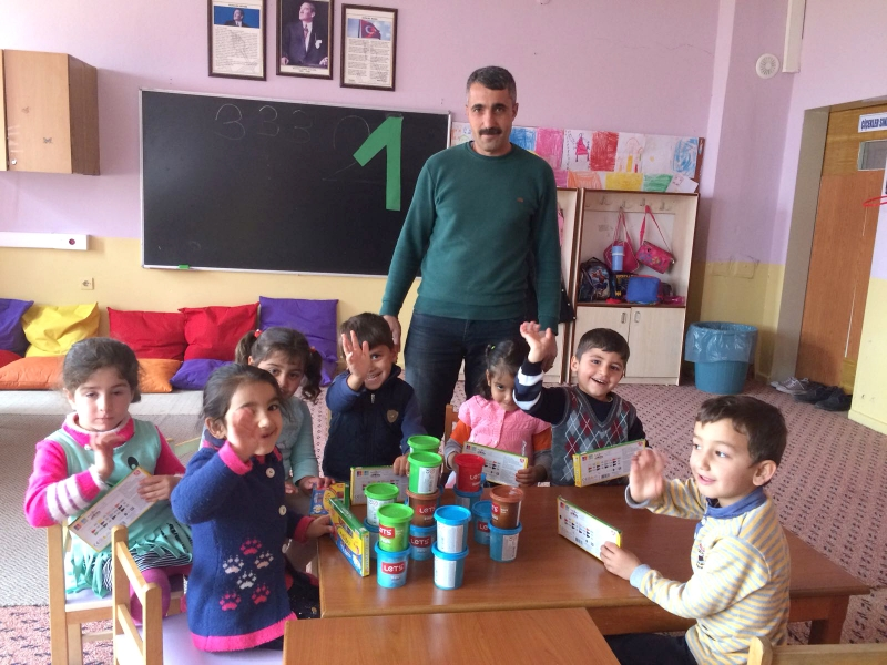 Kutlu'dan Öğrencilere Kırtasiye Yardımı