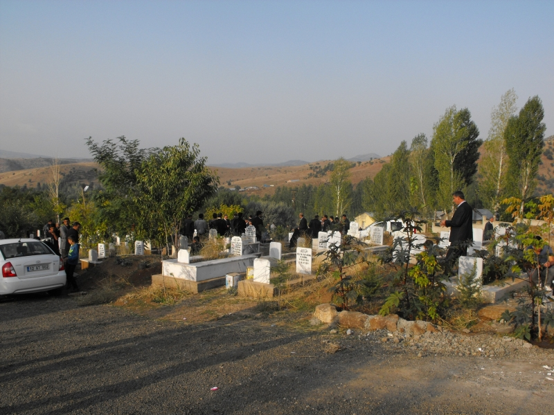 Mezarlıklara Aydınlatma Direkleri Konulsun