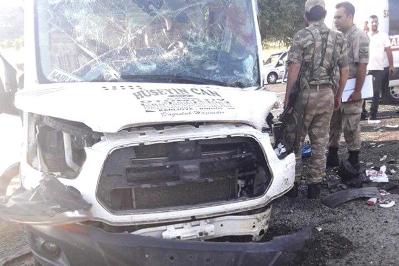 Minibüs ile Otomobil Çarpıştı: Bir Ölü 14 Yaralı