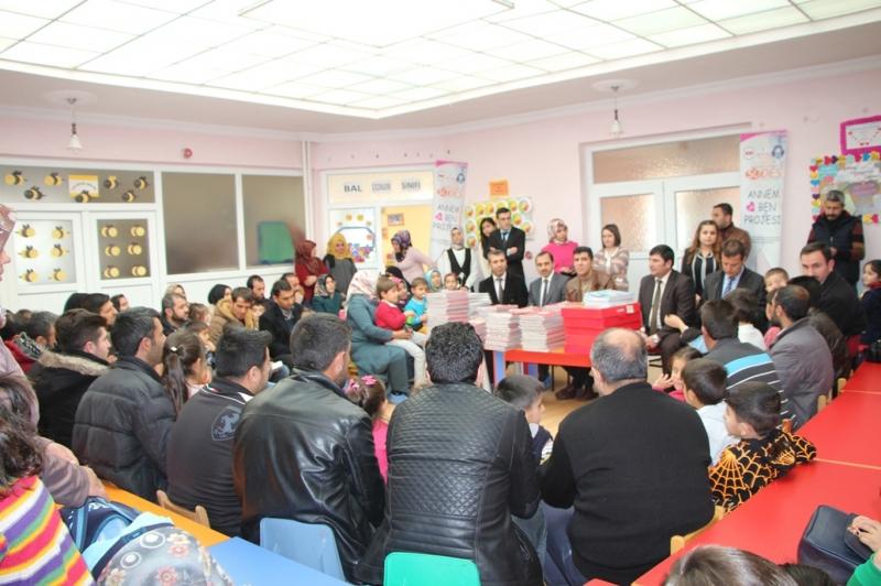 Öğrencilere okul öncesi eğitim seti hediye edildi