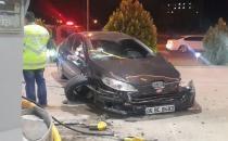 Otomobil akaryakıt istasyonuna daldı: 2 yaralı