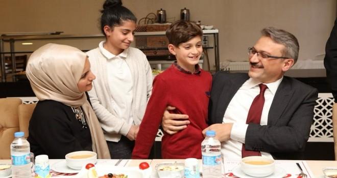 Vali Ekinci, Koruyucu Ailelerle İftar Yaptı